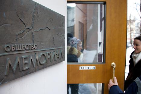 Devant le siège moscovite de l'ONG russe Memorial (Crédit photo : AP)