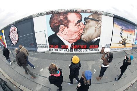 Obra mais famosa de Dmítri Vrúbel a idade da Alemanha unificada Foto: Reuters