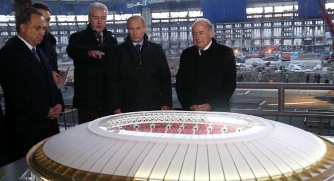 Le président Poutine et le dirigeant de la FIFA Blatter ont visité ce stade légendaire en compagnie du maire de Moscou Sergueï Sobianine. Crédit : Konstantin Zavrajine / RG