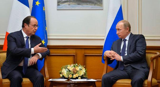 La rencontre des présidents François Hollande (à g.) et Vladimir Poutine s'est déroulée à l'aéroport gouvernemental Vnoukovo-2 de Moscou. Crédit : Alexeï Droujinine/RIA Novosti