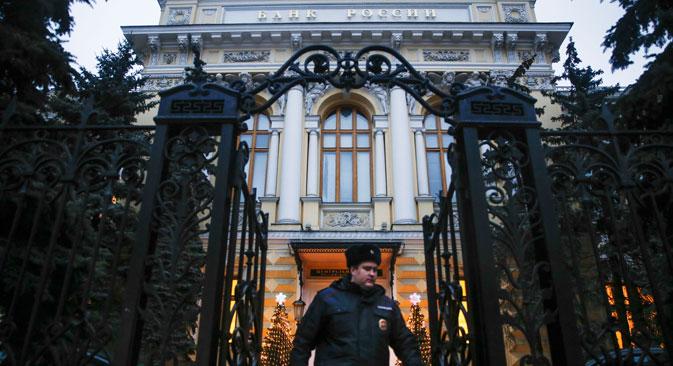 En réaction à la chute brutale du rouble, la Banque centrale a été contrainte dans la nuit du 15 au 16 décembre de relever son taux directeur de 10,5 à 17%. Crédit : AP