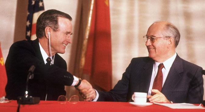 George H. W. Bush et Mikhaïl Gorbatchev se serrent la main lors du sommet de Malte en 1989. Crédit : Getty Images/Fotobank