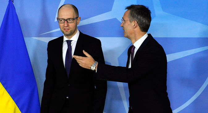 Le secrétaire général de l'OTAN Jens Stoltenberg (à dr.) salue le premier ministre ukrainien Arseni Iatseniouk à la veille de la rencontre de l'OTAN à Bruxelles, le 15 décembre 2014. Crédit : Reuters
