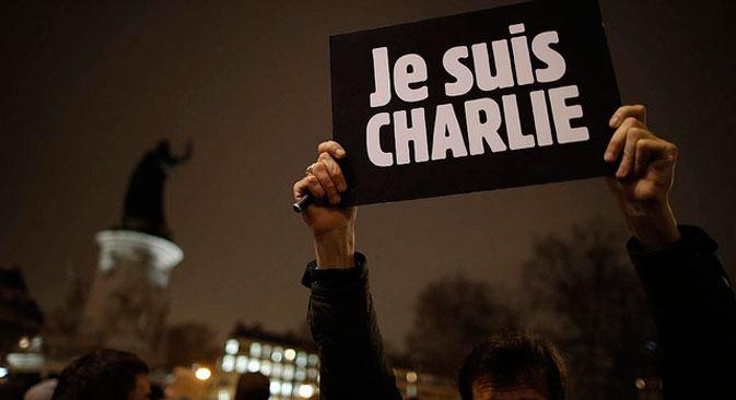 Plusieurs milliers de personnes se sont rassemblées sur la place de la République à Paris après l'attaque meurtrière de Charlie Hebdo, mercredi 7 janvier 2015. Source : flickr/Keno Photography - Kenan Šabanović