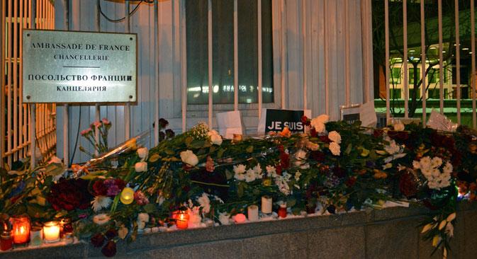 Fleurs et chandelles devant l'ambassade de France à Moscou. Crédit photo : Flora Moussa/RBTH