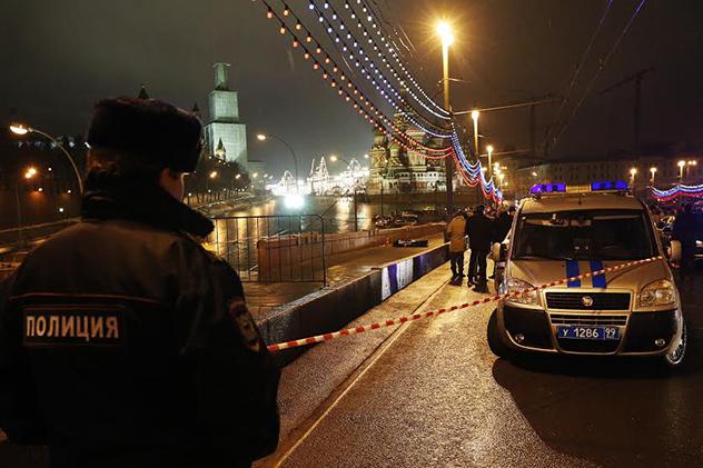 Un policier près des lieux de l'assassinat de l'homme politique russe Boris Nemtsov. Crédit : Mikaïl Djaparidze/TASS