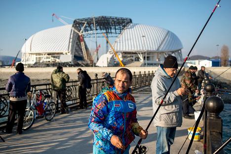 Moški ribariju v bližini stadiona Fisht, kjer je potekala otvoritvena in zaključna slovesnost.