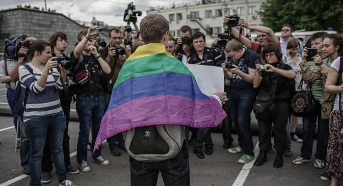 """L'action des activistes gays """"Meeting d'arc-en-ciel"""" au parc Gorki, à Moscou. Crédit : Andreï Stenine/RIA Novosti"""