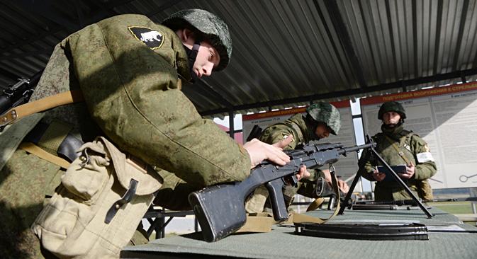 Des soldats russes lors d'un cours pratique. Crédit : Kirill Kallinikov/RIA Novosti