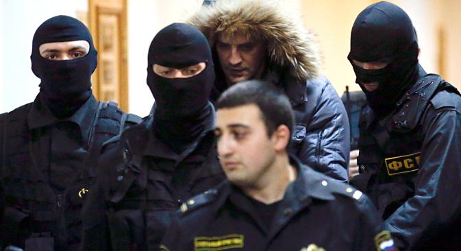 Les politologues interprètent l'arrestation de Khorochavine (en capuchon) comme un avertissement lancé à tous les gouverneurs par le centre. Crédit : Reuters