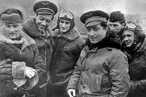 De gauche à  droite : Roger  Sauvage, Jacques  André, Louis  Delfino, Georges  Lemare et Marcel  Perrin en  compagnie de  pilotes russes, en  janvier 1945.