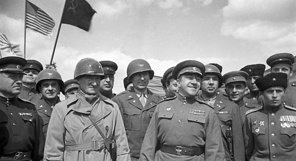 Des officiers russes et américains lors d'un meeting à l'occasion de la rencontre sur l'Elbe en mai 1945. Au centre, Lieutenant général Nikolaï Oslikovski. Crédit : Petr Bernshtein/RIA Novosti