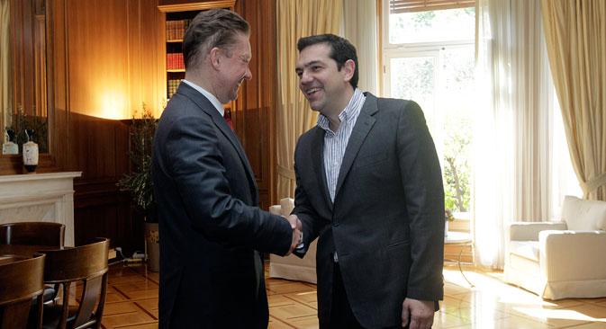Le Premier ministre grec Alexis Tsipras (à droite) salue le PDG de Gazprom Alexeï Miller. Crédit : EPA