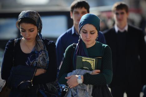 Deux jeunes femmes respectueuses du code vestimentaire, à Grozny en 2012. Crédit : RIA Novosti