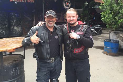 Eric Lobo et un motard du club russe Loups de la nuit. Source : club Loups de la nuit