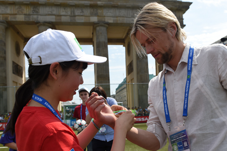 Anatoliy Tymoshchuk avant la finale du tournoi pour enfants le Football et de l'Amitié, le 6 juin 2015, à Berlin. Source : service de presse