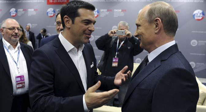 Le Premier ministre grec Alexis Tsipras (à g.) parle avec le président russe Vladimir Poutine lors d'une session du Forum international économique de Saint-Pétersbourg, le 19 juin 2015. Crédit : Reuters