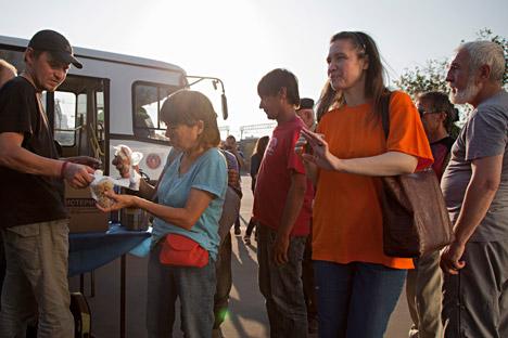 Avant chaque diffusion de film les volontaires organisent des postes de distribution de nourriture.