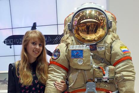 Le nouveau costume spatial éveille la curiosité du public.