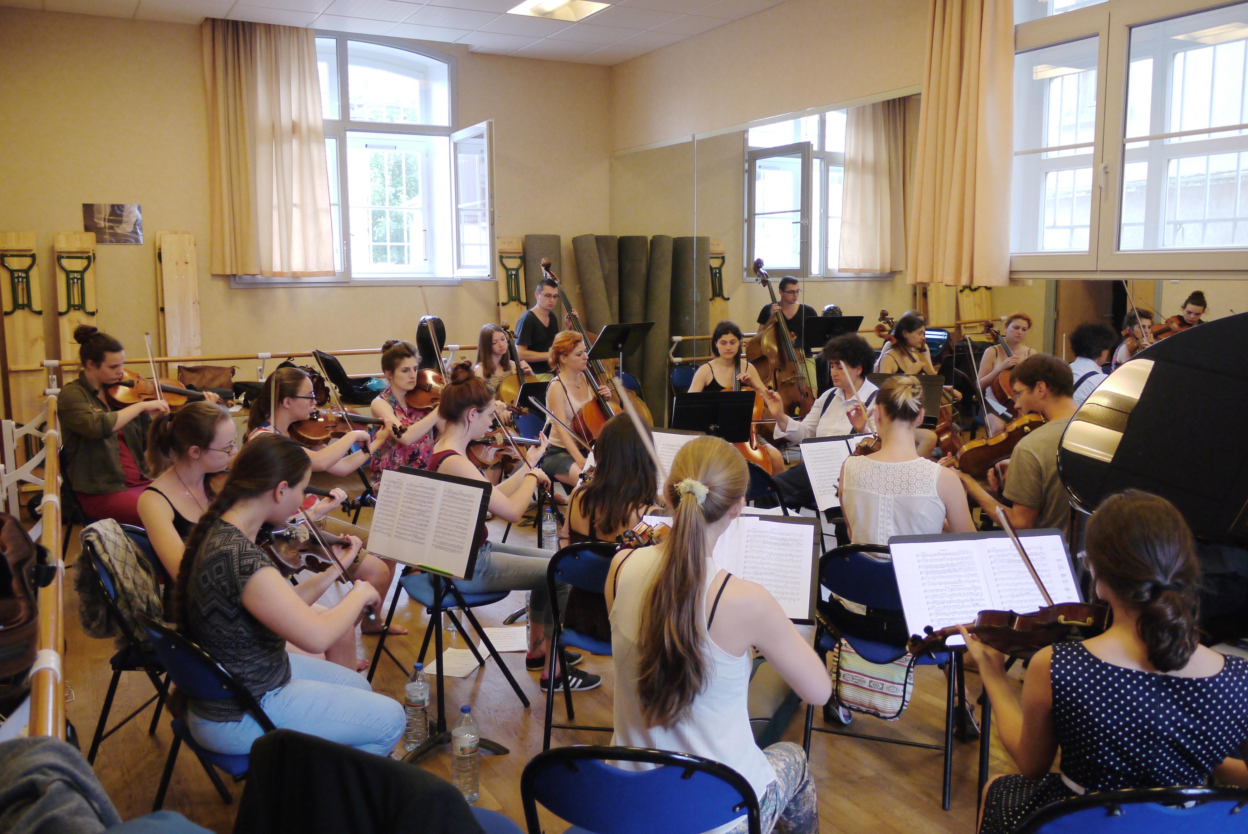 Une répétition de l'Orchestre d'une Grande Europe pour la Paix.
