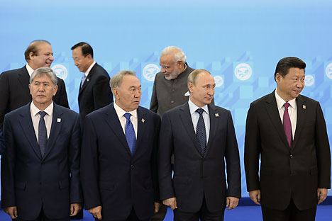 De gauche à droite : Almazbek Atambaev, président de la République kirghize ; Noursoultan Nazarbaïev, président de la République du Kazakhstan ; Vladimir Poutine, président de la Russie ; Xi Jinping, président de la République populaire de Chine ; (deuxième ligne) Nawaz Sharif, Premier ministre du Pakistan ; Zhang Sinfen, chef de la Structure antiterroriste régionale de l'OCS ; Narendra Modi, Premier ministre d'Inde.