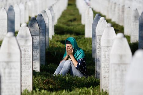11 juillet 2015 : Une femme pleure parmi les tombes du mémorial de Potočari, près de Srebrenica, en Bosnie-Herzégovine.