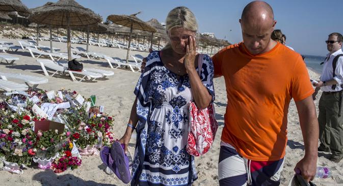 Des toursites rendent hommage aux 38 victimes de l'attaque terroriste à Sousse, en Tunisie. Source : Reuters