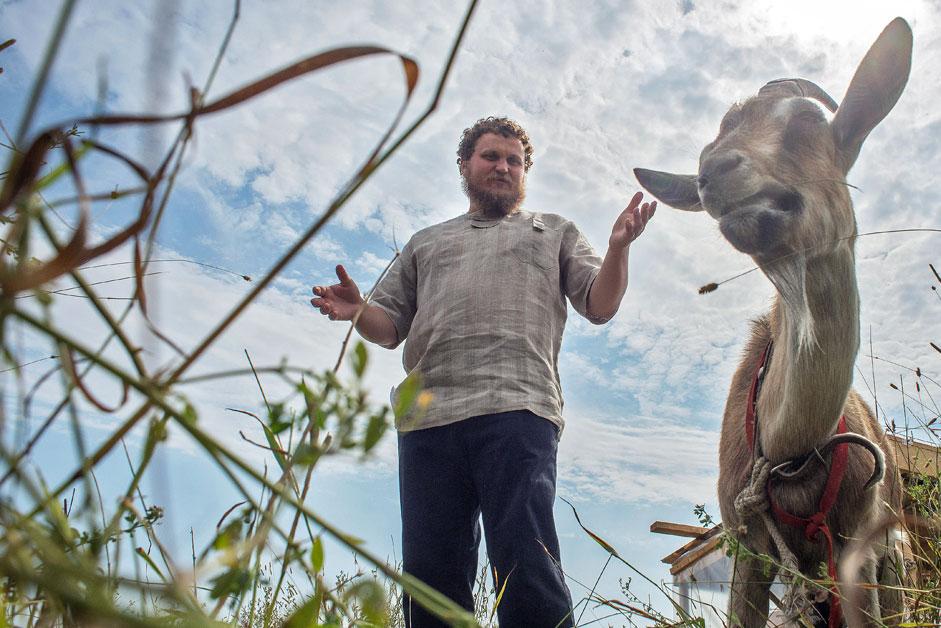 Олег Сирота, бивш IT-специалист, станал фермер, след като отворил частна млекарница в село Дубровское в Подмосковието.