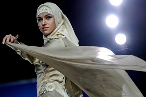 Seorang model memamerkan busana di Volvo-Fashion Week dari koleksi Lady Firdaws oleh rumah mode Firdaws yang didirikan istri kepala Republik Chechnya Medni Kadyrova dan perancang busana Zarimy Yahaeva.