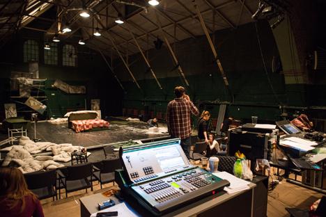 Préparation des décorations d'un spectacle sur la scène du nouveau théâtre dans un ancien atelier de chemins de fer.