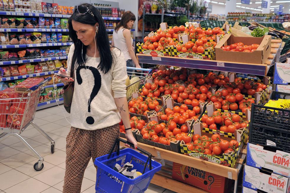 Des magasins toujours bien achalandés, mais des consommateurs obligés de surveiller les prix de près.