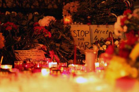 Des bougies et des fleurs devant l'ambassade de France à Moscou.