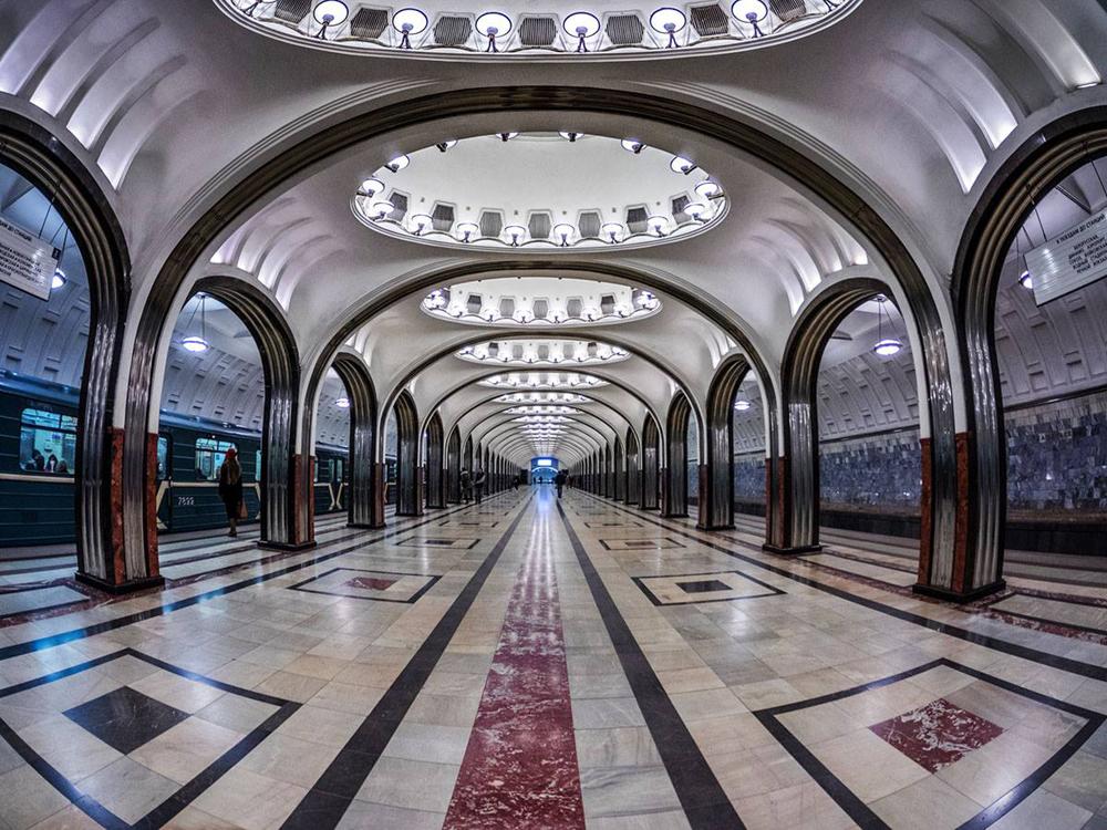 « Le métro m'a toujours fasciné. C'est un monument architectural étonnant et un souvenir de mon enfance. Lorsque j'avais cinq ans, mon père m'emmenait à la maternelle en empruntant la ligne grise. Déjà à cet âge-là, je connaissais le nom de toutes les stations, toutes les correspondances et les détails du décor. J'avais déjà mes stations préférées, dont Maïakovskaïa ou Plochtchad Revolutsii (La Place de la Révolution) », avoue le photographe. Sur la photo : station Maïakovskaïa