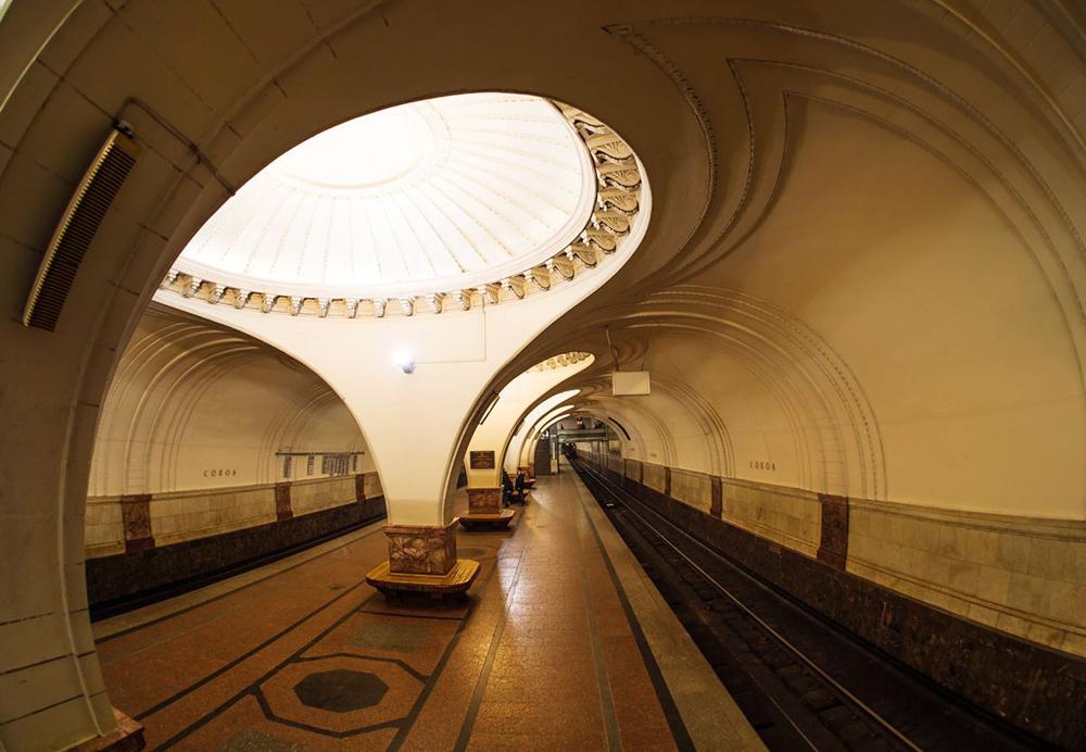 Pour le photographe, il s'agit de sa première exposition en France. Ses clichés, pris entre septembre 2014 et janvier 2015, ont essentiellement été réalisés pour l'album sorti à l'occasion de l'anniversaire de la fondation du Métro de Moscou. Mais pour lui, le métro est plus qu'un simple projet photo.Sur la photo : station Sokol
