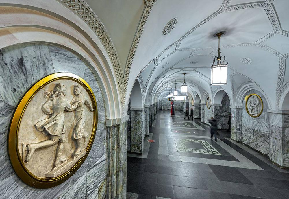 « Même les Français qui ne connaissent pas le cinéma russe ont entendu parler de la beauté du métro de Moscou et de ses palais souterrains. Pour cette raison, nous avons décidé de faire une rétrospective de films sur le métro » et d'inviter le photographe Gueorgui Rozov, explique Elena Duffort, porte-parole du Festival du cinéma russe de Honfleur. Sur la photo : station Park Koultoury