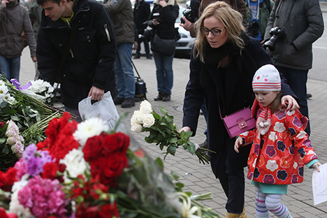 Citizens of Moscow lay down flowers and candles at the French embassy in memory of the Paris attack victims, November 14, 2015.