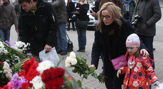 Московјаните положуваат цвеќе пред амбасадата на Франција.
