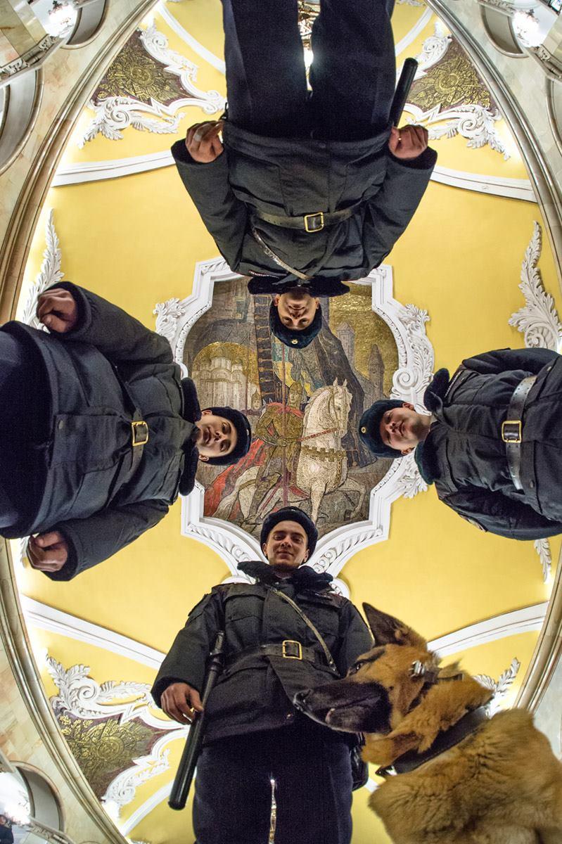 « J'aime beaucoup les stations édifiées avant le début de la Seconde Guerre mondiale et même au cours de cette dernière. Les stations construites tout de suite après la victoire sur Hitler reflètent la fierté pour notre pays. Le néoclassicisme stalinien ne peut être confondu avec aucun autre style. Je suis impressionné par l'habilité des tailleurs de pierre et des peintres (…) qui ont fait preuve de leur talent durant les dures années de la guerre », conclut Gueorgui Rozov.Sur la photo : station Komsomolskaïa