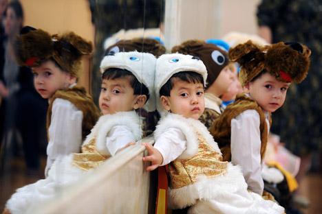 Des orphelins de Veliki Novgorod lors d'une célébration du Nouvel An.