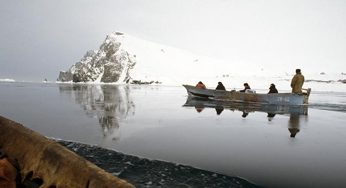 Des chasseurs à bord de leur embarcation.