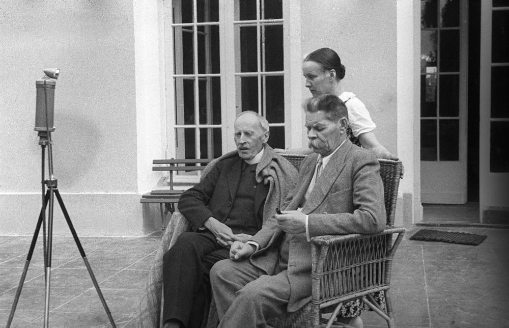 Lors de son voyage, Rolland fut accompagné de sa femme, Maria Koudacheva, poétesse et traductrice. Leur relation commença par une lettre de Maria à l'écrivain, alors que la rencontre personnelle eut lieu grâce à l'écrivain Maxime Gorki qui aida la jeune femme à obtenir un visa pour la Suisse. C'est à l'invitation de Gorki que, six ans plus tard, Rolland se rendra en Russie.