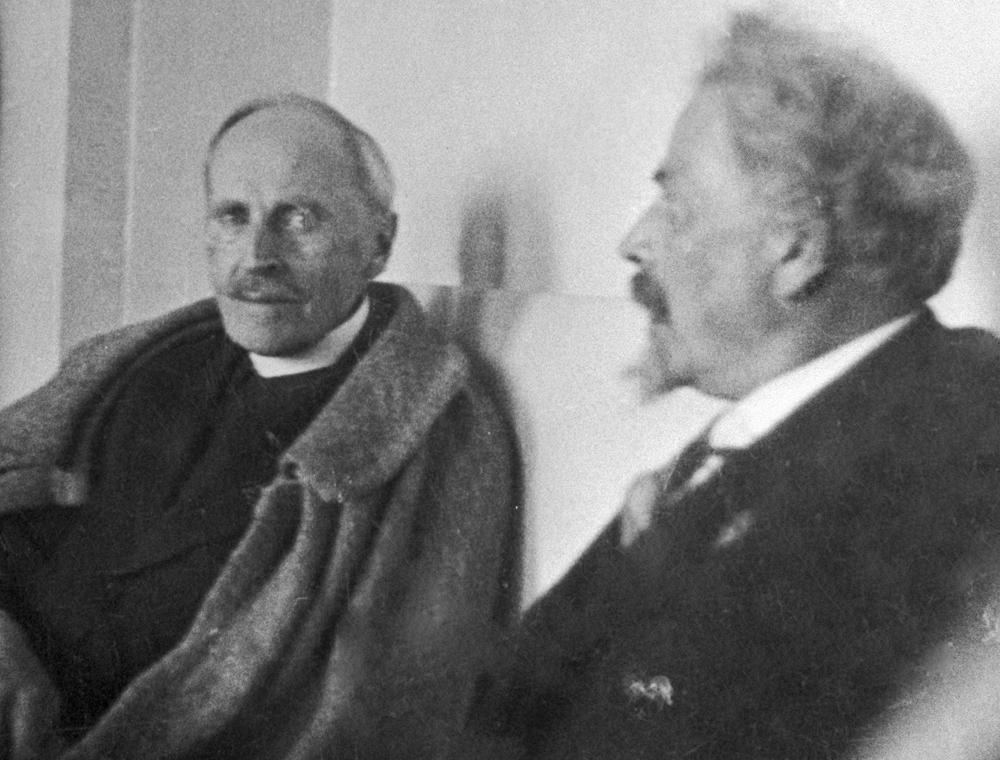Lounatcharski n'était pas le seul à être en correspondance avec Rolland. « J'ai récemment rencontré plusieurs Russes et entretiens une correspondance amicale avec Gorki. J'aimerais y aller pour voir ce qui s'y passe », écrit Rolland dans une lettre au poète Alexandre Blok. Arrivé en Russie, l'écrivain élargira encore son cercle de connaissances et rencontrera l'un des célèbres « bâtisseurs » du communisme, l'architecte d'avant-garde Victor Vassenine.