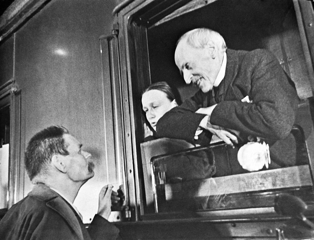 Malgré son projet de retourner en Russie en 1937, ce voyage au pays des soviets fut le seul pour Rolland. Un an plus tard, dans son Salut à Romain Rolland, Gorki écrira : « Mais vous êtes désormais un homme aimé de tous les gens honnêtes de notre Terre, non seulement en Europe, mais aussi en Inde, au Maroc, en Amérique, aimé en tant que poète, enseignant, exemple de courage et de fermeté. Je suis fier que mon pays vous voue un amour particulièrement ardent ».