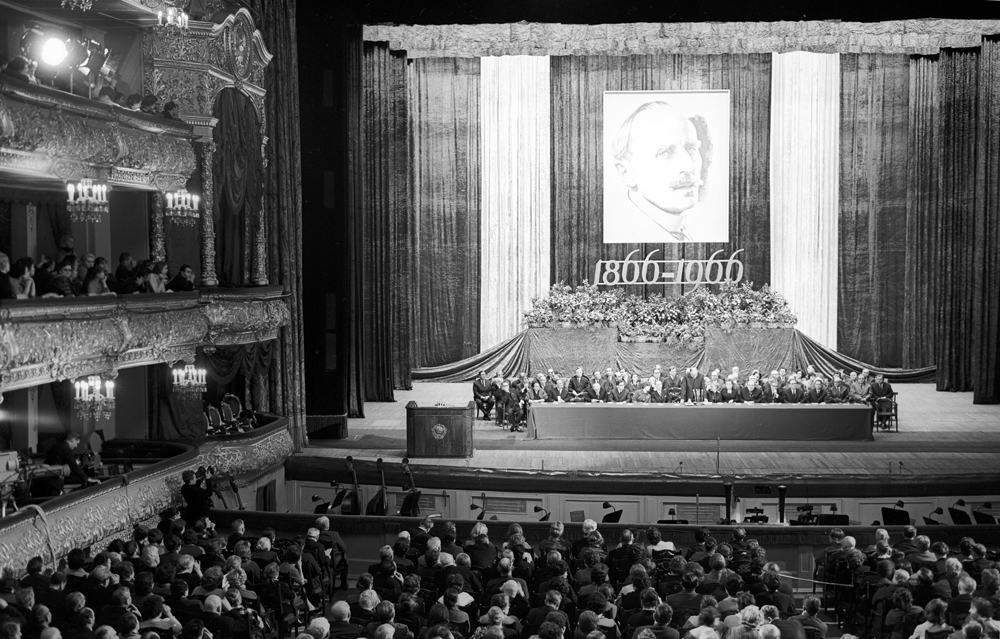 On comprend le degré de popularité de l'écrivain en Russie soviétique, fut-elle « officielle » ou auprès des lecteurs, à l'envergure de la célébration de son centenaire, marquée par des manifestations officielles, une médaille et un timbre commémoratifs et l'inauguration d'une place à son nom à Moscou.