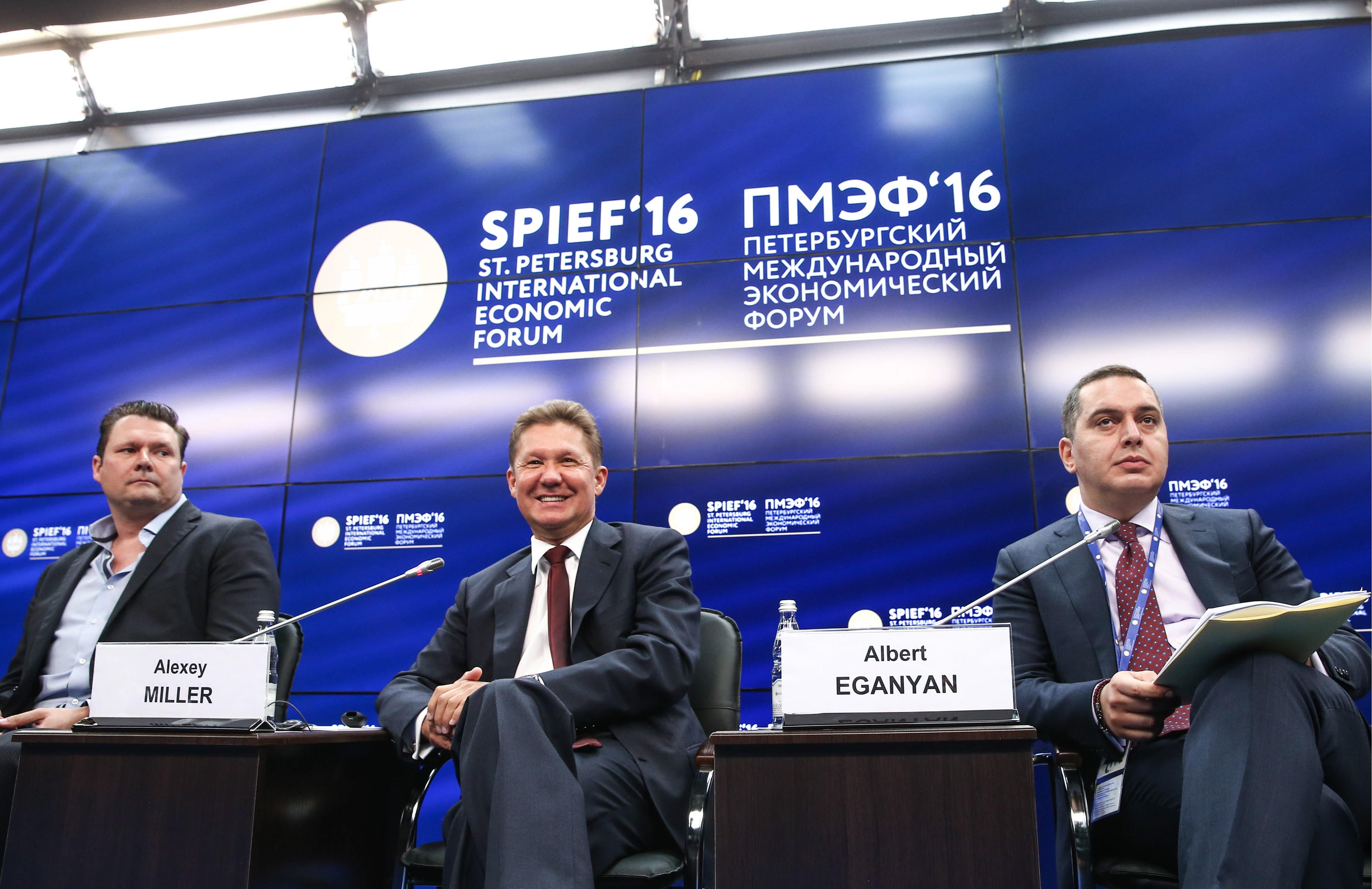 Le PDG de Gazprom Alexeï Miller (au centre) au Forum économique de Saint-Pétersbourh.