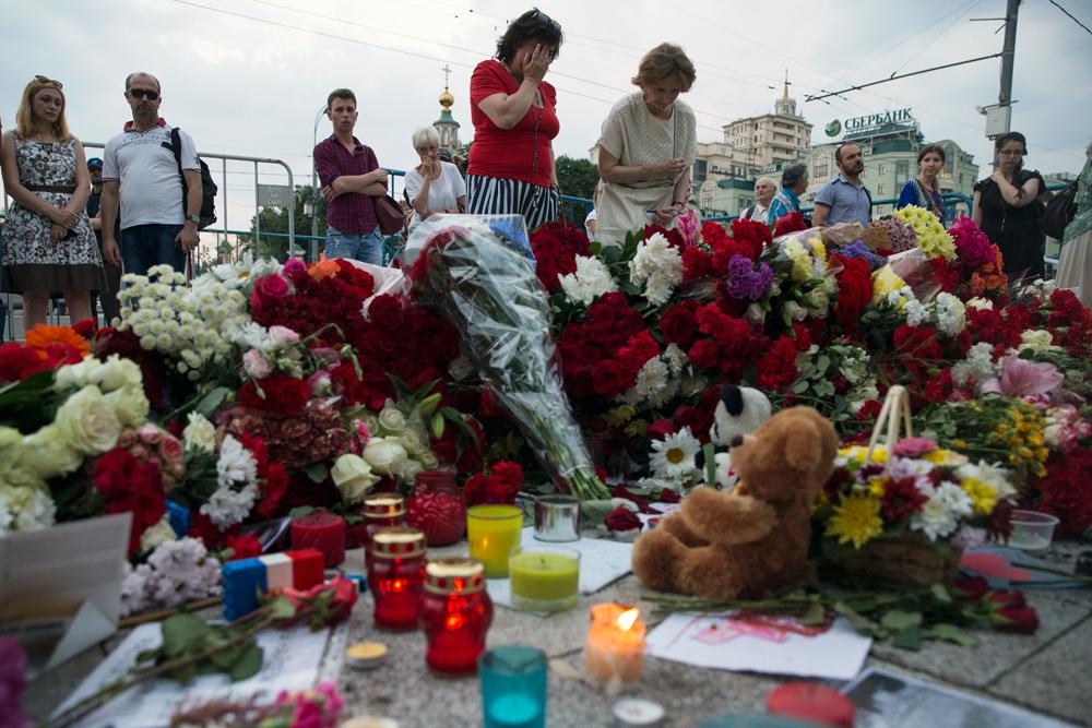 Des femmes déposent des fleurs devant l'ambassade de France à Moscou le 15 juillet 2016.