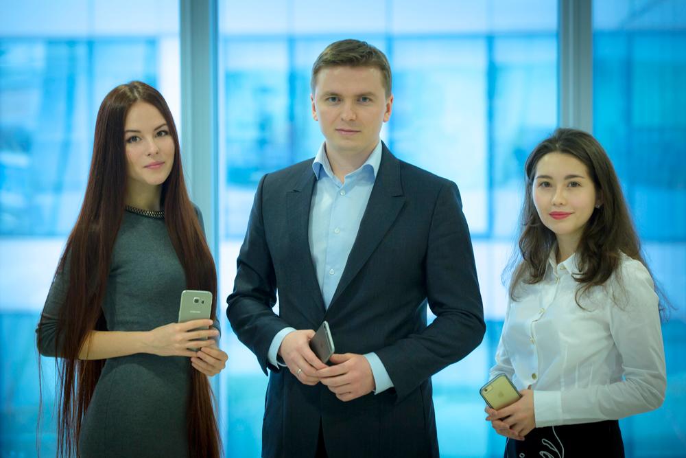 L'équipe de Youth Laboratories: Alexeï Chevtsov (au centre), les chercheuses bio-informaticiennes Evguenia Stchastnaïa (à g.) et Anastasia Gueorguievskaïa. Crédit : Youth Laboratories