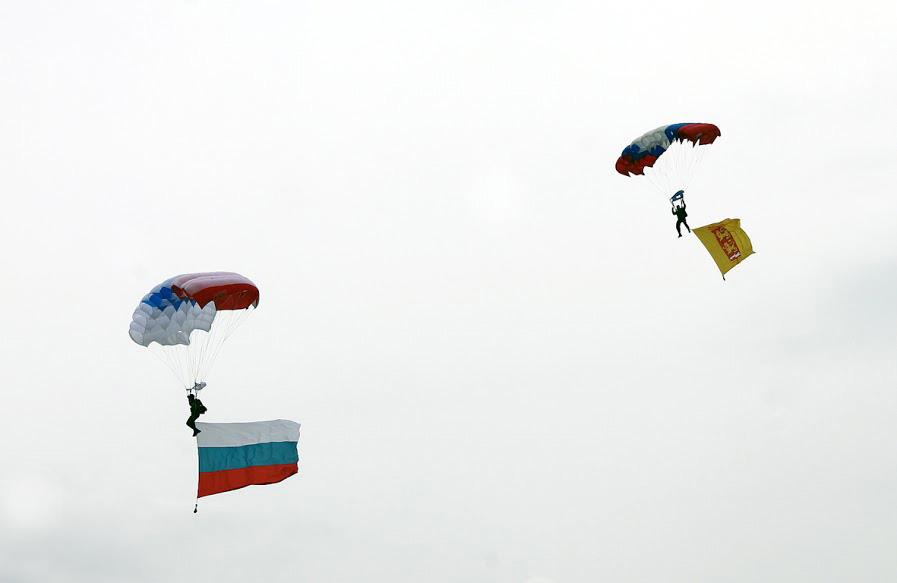 Une équipe de sportifs parachutistes dirigée par Sergueï Trouchine, champion de Russie et maître ès sports de classe international, a ouvert le festival.