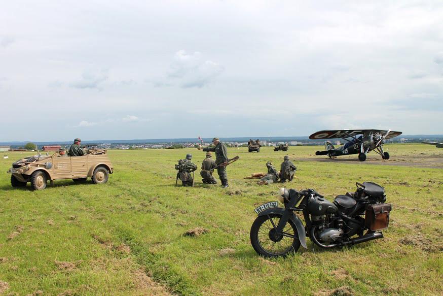 La démonstration de combats terrestres est présentée au public tous les jours.