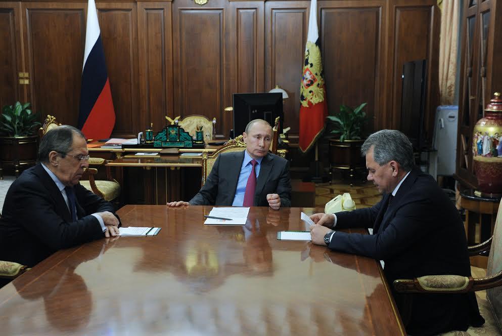 Anúncio foi feito durante reunião entre Pútin (centro), Lavrov (esq.) e Choigu